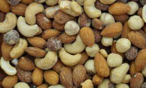 3 способа посолить орехи и семечки