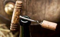 Открытое вино: сколько можно хранить, от чего зависит срок годности и как его продлить