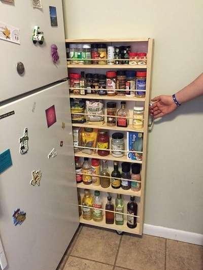 За холодильником